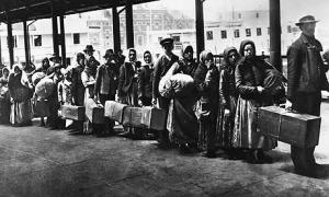 Immigrants-queuing-at-Ell-001